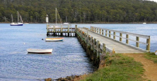 Photo Arthur orchard: Jetty and boats at Taranna.